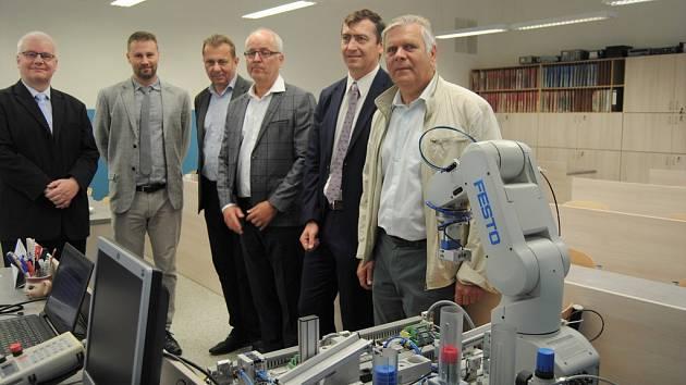 Střední škola AGC v Teplicích otevřela novou učebnu pro výuku elektrotechniky a robotiky.