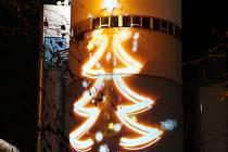Elektrárnu Ledvice rozzáří nejvyšší vánoční strom na severu Čech, loni byl vidět strom na teplárně v Trmicích. (na snímku)