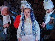 Nedělní večer patřil v Proboštově rozvícení vánočního stromu. S místními dětmi zazpíval koledy také operní pěvec Sergej Nikitin.