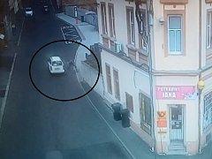 Cyklista naboural do projíždějícího auta. Nehoda se stala v Dubí v ulici Střední.