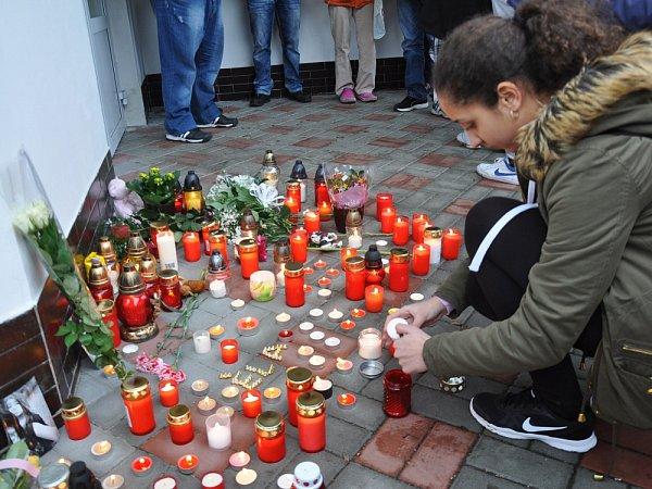 Kamarádi mrtvé školačky uspořádali pietní akt, sešli se uškoly Buzulucká vTeplicích a zapálili svíčky.