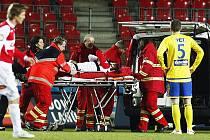 PŘESNĚ PO ROCE. Poslední zápas Slavie – Teplice přinesl 13. března 2010 v Edenu emoce Domácího Risteho Naumova nakládají zdravotníci do sanitky poté, co utrpěl otevřenou zlomeninu dolní končetiny.