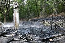 Osmnáctého července lehla popelem chatka u Hrobu, policie z toho viní 29letého muže z Teplicka.