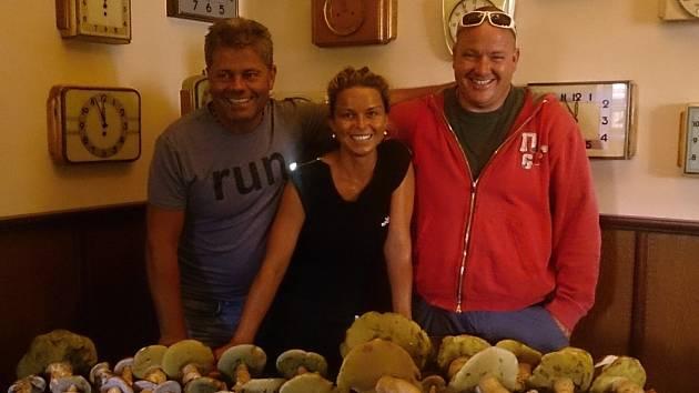 Naši věrní předplatitelé , majitelé teplické restaurace Alladin, Bořek a Lada společně s jejich kamarádem Tomášem, nám poslali první úlovek z tohoto týdne z hor.