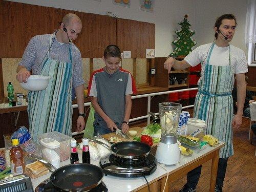 Kluci v akci Filip Sajler a Ondřej Slanina ukázali školákům ZŠ Buzulucká, jak si připravit zdravou svačinku.