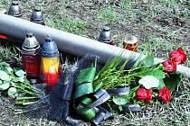 Na místě pondělní tragické nehody, při které zemřel teprve dvacetiletý řidič, vznikl malý pomníček od kamarádů.