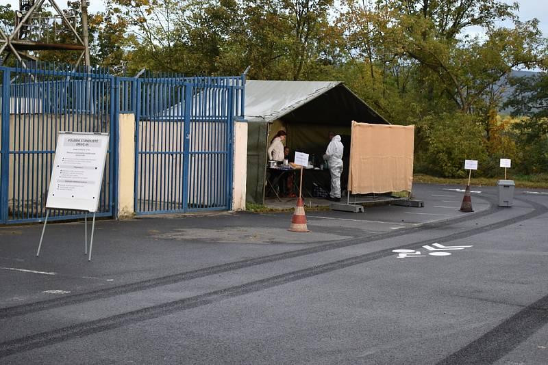 Stanoviště drive-in na fotbalovém stadionu pro lidi s covidem a nebo v karanténě.