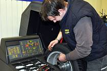 Nedostatkem práce v těchto dnech pneuservisy netrpí. Na snímku Tomáš Cízler z Inter Pneu Dubí.