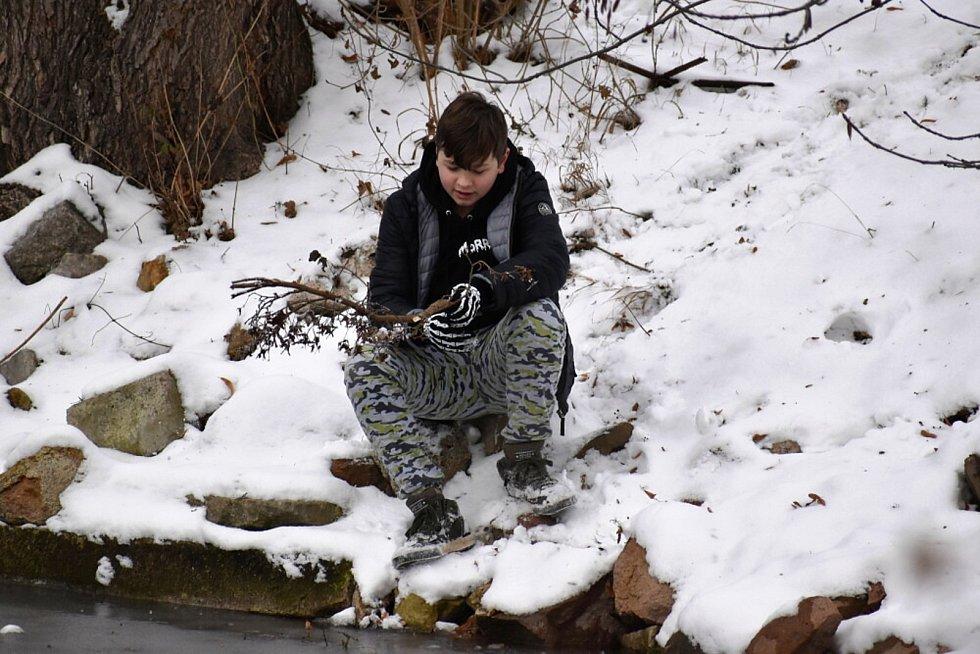 Zasněžená zámecká zahrada v Teplicích a blízké okolí. O víkendu tam bylo plno lidí.