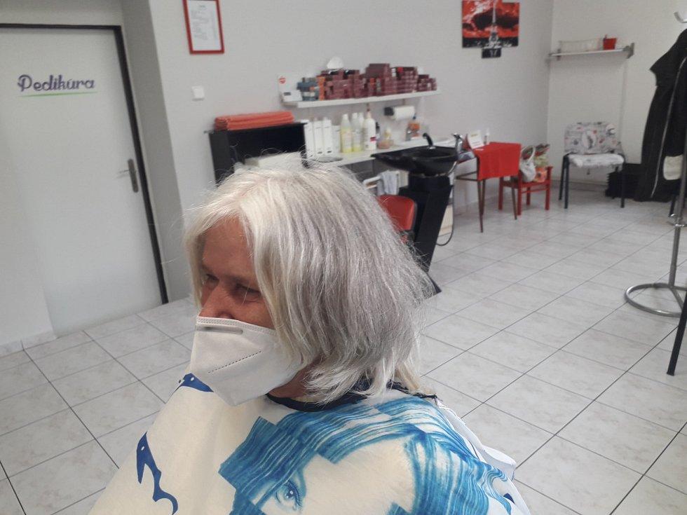 Jana Pluhařová, která má kadeřnictví ve Zdounkách, upravila jedné ze stálých zákaznic účes. Podívejte se, jak vypadala před ostříháním.