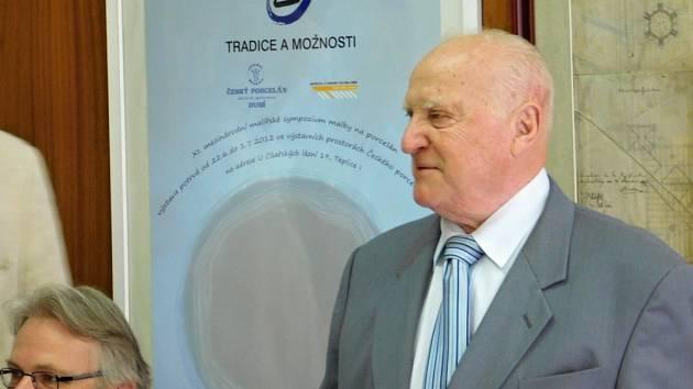 TRADICE A MOŽNOSTI. 13. Mezinárodní sympozium malby na porcelán zahájil generální ředitel Českého porcelánu Vladimír Feix.
