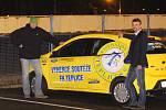 Vítěz soutěže o Ford Ka+ Marek Michalec (vpravo) a obchodní ředitel FK Teplice Přemysl Hruška