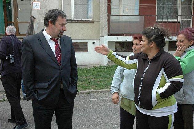 Bývalý ministra vnitra Radek John, který nyní šéfuje úřadu pro boj s korupcí, navštívil Krupku, včetně problémového sídliště Dukelských hrdinů a Karla Čapka.