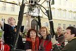 Ze Zámeckého náměstí v Teplicích odlétla na vyhlídkový let balonem výherkyně soutěže AniFestu.