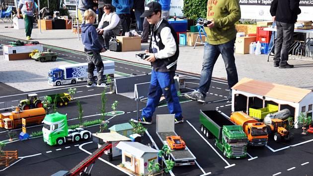 Malým městečkem se proháněly modely vozidel
