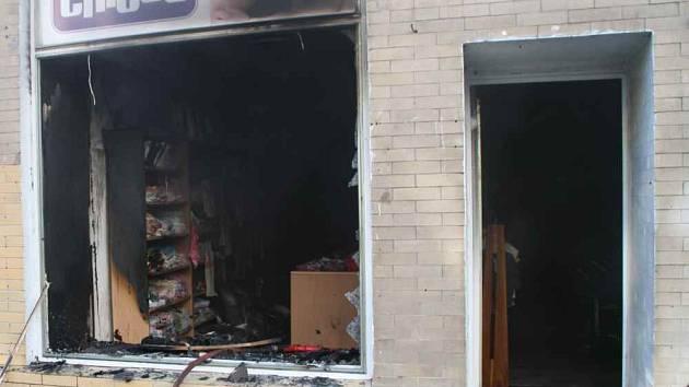 Požár v dětské prodejně U Cipíska na Masarykově ulici v Teplicích museli včera ráno likvidovat tepličtí hasiči.