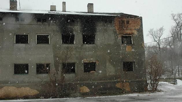 Shořela budova v Doubravicích