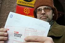 NEŠLO ZAPLATIT. Vladimír Dostál chtěl na střekovské poště zaplatit složenku, která mu přišla na 0 Kč. Jenže na poště mu řekli, že to hlásí chybu.