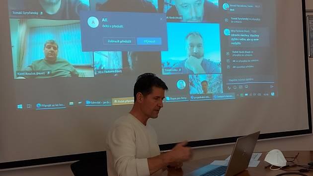 Tradiční roční setkání vedení závodu Knauf Insulation v Krupce se zástupci dlouhodobě firmou podporovaných neziskových organizací, proběhlo 18. ledna formou virtuálního meetingu. Na snímku ředitel závodu Jan Brázda.
