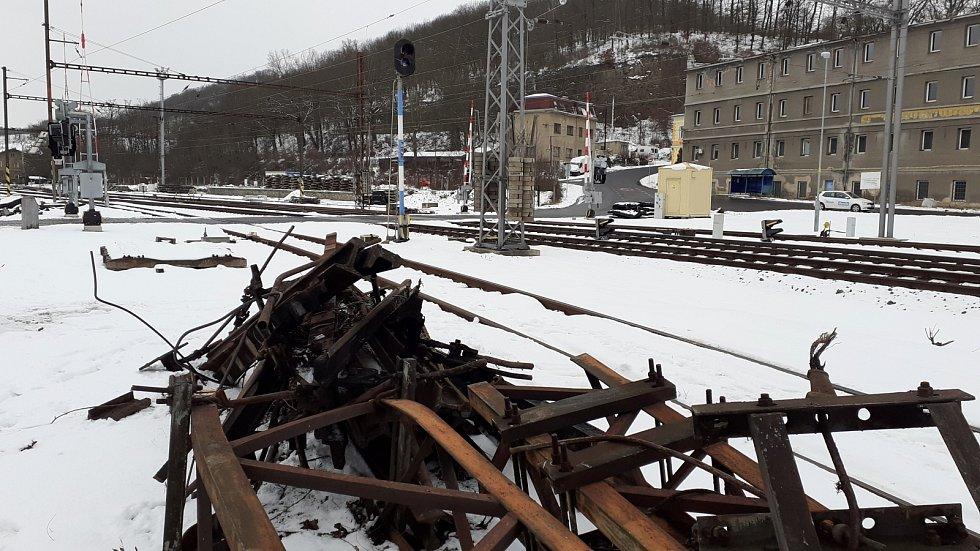 Dnes nehodu připomínají zbytky kolejiště a poničené části trati