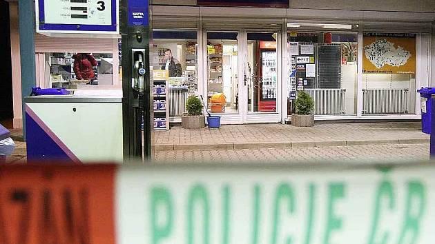 Dva dosud neznámí maskovaní muži odcizili ve středu po devatenácté hodině z čerpací stanice PAP OIL v Litvínově na Mostecku tržbu i s pokladnou.