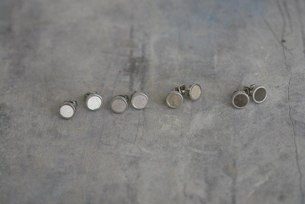 Beton je uchvátil, vyrábí z něj šperky i umyvadla.