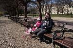 Roušky se stávají standardem. Třeba i na procházce v parku.