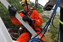 Hasiči cvičili záchranu lidí z lanovky vedoucí z Krupky na Komáří Vížku v Krušných horách.