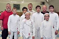 TEPLICKÁ VÝPRAVA na turnaji v Bělé pod Bezdězem. Vpředu děvčata Kmečová a Černíková, uprostřed chlapci Lenz, Pham, O. Clark a Formánek, vzadu trenéři Krogner, Biebl a Jakeš.