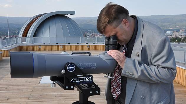 Z hvězdárny v Teplicích. Venkovní dalekohled obsluhuje pracovník teplické hvězdárny Radim Neuvirt.