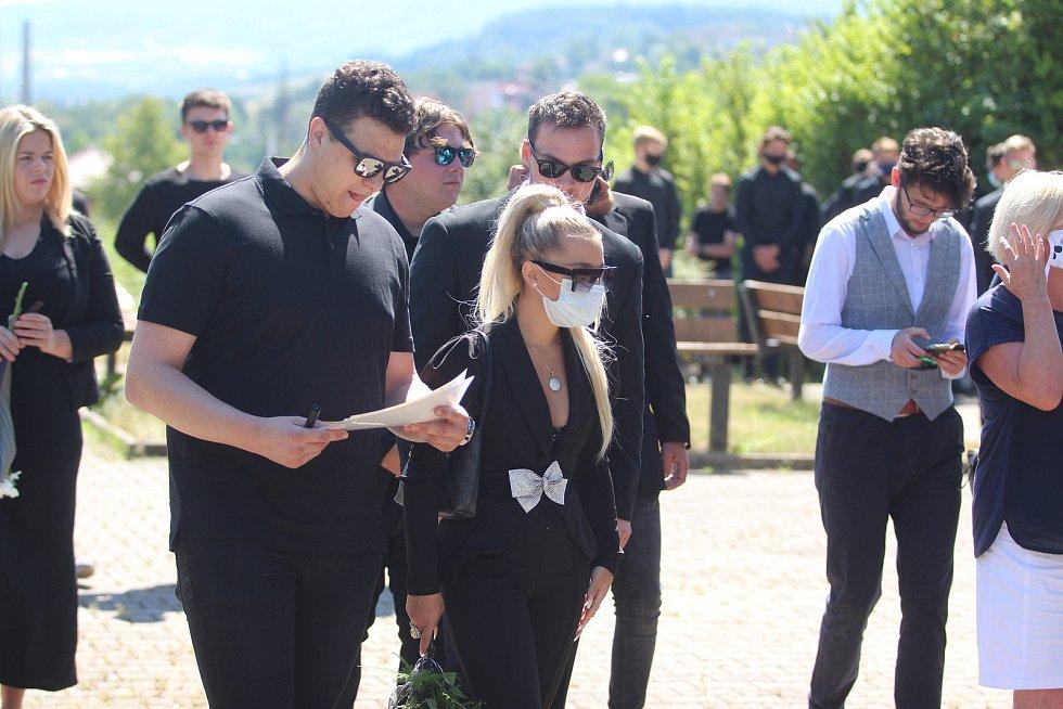 V Bystřanech se konal ve čtvrtek pohřeb hokejisty Ondřeje Buchtely.