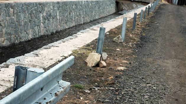 Krádež svodidel u potoka Horská Bystřice v Novosedlicích