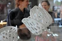 V dubském Modrodomě je až do 31. října k vidění závěrečná výstava mezinárodního porcelánového sympozia Keep in Touch 2016.