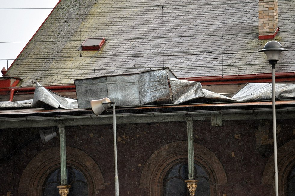 Utržená plechová střecha na nástupišti teplického hlavního nádraží.