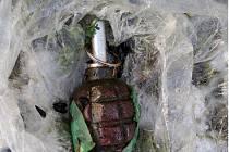 Žena našla v Trnovanech granát. V igelitovém sáčku ho donesla policistům
