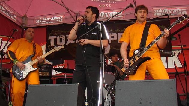 Toxic People při vystoupení na festivalu Rock Na Můstku v Roudníkách.