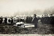 Ostatky zahynulých amerických letců byly pohřbeny v Dřínově. Zde byly v srpnu 1946 exhumovány  a poté převezeny na spojenecký hřbitov do St. Avold ve Francii. Foto: sbírka autora