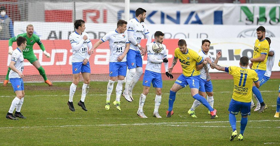Utkání 21. kola první fotbalové ligy: FC Baník Ostrava – FK Teplice, 27 února 2021 v Ostravě. Přímí kop kope hráč Jakub Mareš z Teplic.