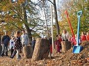 Sázení stromu svobody v MŠ na Kopečku v Teplicích.