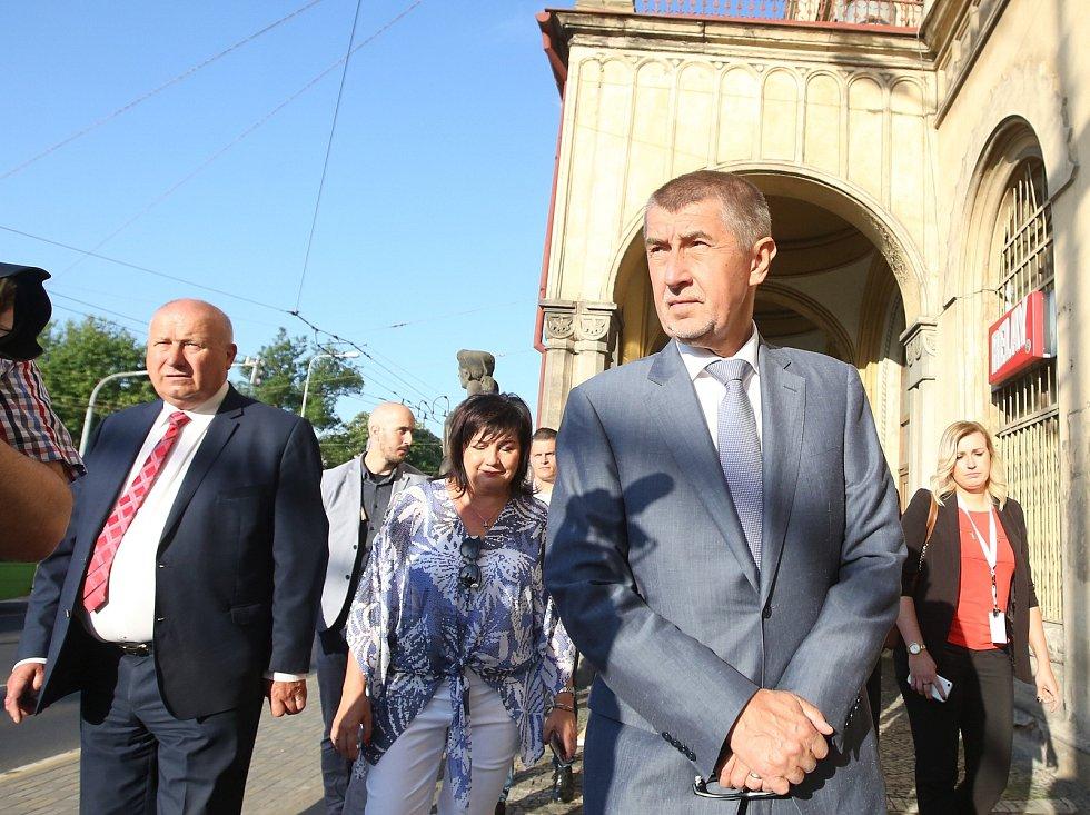 Výjezdní zasedání vlády ČR v demisi začalo v pondělí v Teplicích na nádraží. Proběhlo zde krátké jednání o opravách a rekonstrukci nádraží a o opravě trati Lovosice- Teplice, která je zničená od sesuvu u dálnice v roce 2013.