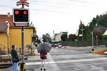 """PŘEJEZD U ANGRU V TEPLICÍCH. Právě na tento železniční přejezd se v minulých dnech zaměřili tepličtí strážníci. A """"rozdávali"""" pokuty za nedodržení pravidel. Lidé přebíhali koleje, i když svítila červená a byly dole závory."""