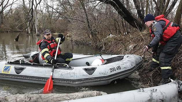Na snímku profesionální hasiči z Mostu a dobrovolní hasiči z Obrnic u jedné z norných stěn mezi Chánovem a Obrnicemi /ilustrační foto