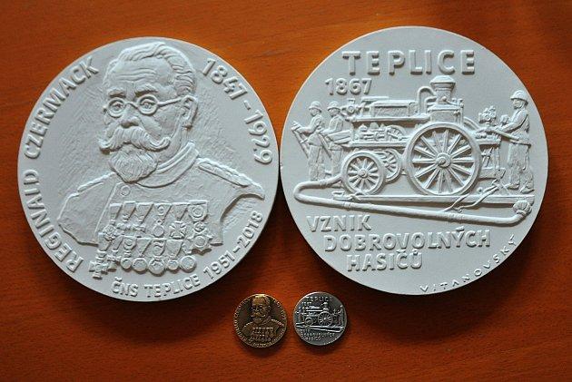 Vladimír Mjalovský a pamětní medaile ke 150.výročí sboru dobrovolných hasičů vTeplicích.