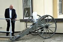 Opravenou starostovu vilu otevřel dunící výstřel z děla. Odpalovačem byl hejtman a starosta v jedné osobě, Oldřich Bubeníček.