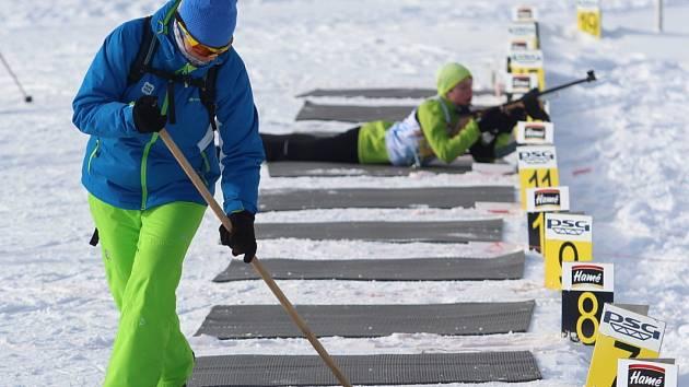 Čtvrteční biatlonová štafeta
