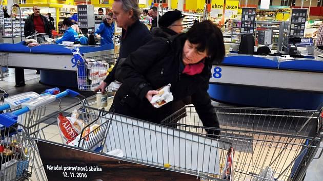 DO NÁRODNÍ POTRAVINOVÉ SBÍRKY se zapojil i Albert v Srbicích. Kupující Jana Doležalová přispěla do sbírky potravinami za 500 korun.