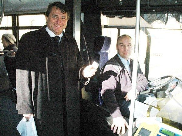 Hejtman nastoupil do nového autobusu.