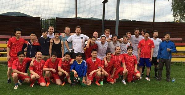 Na fotbalovém hřišti ve Svádově vÚstí nad Labem se střetla vietnamská jedenáctka samatérským týmem Rondelu.