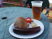 Klobásy a pivo na hřišti SK Dubí.
