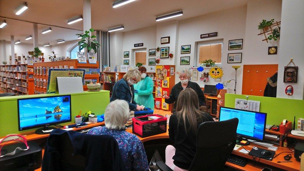 Kostomlatská knihovna opět slouží veřejnosti.